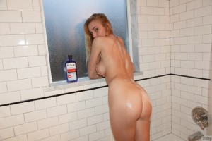 Zishy Kendra Sunderland in Tiny Bubbles Bubble Bath 11